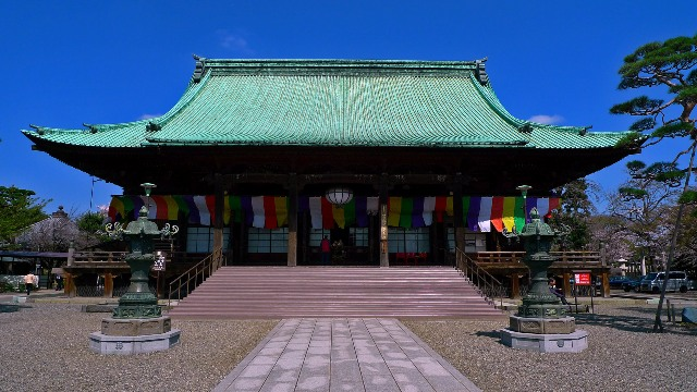 The front entrance of Gokoku-ji temple in Tokyo
